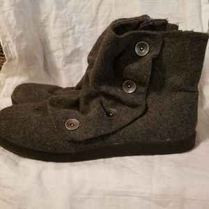 Gray wool slouchy booties with buttons